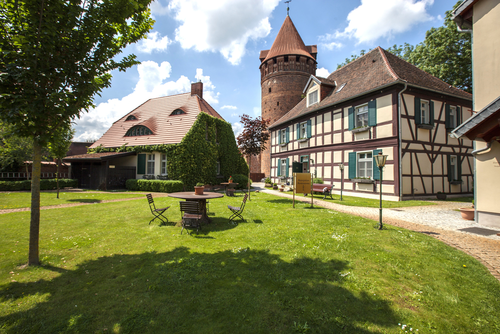 Exterior view of the garden cottages at the 4-star hotel Ringhotel Schloss Tangermuende in Tangermuende