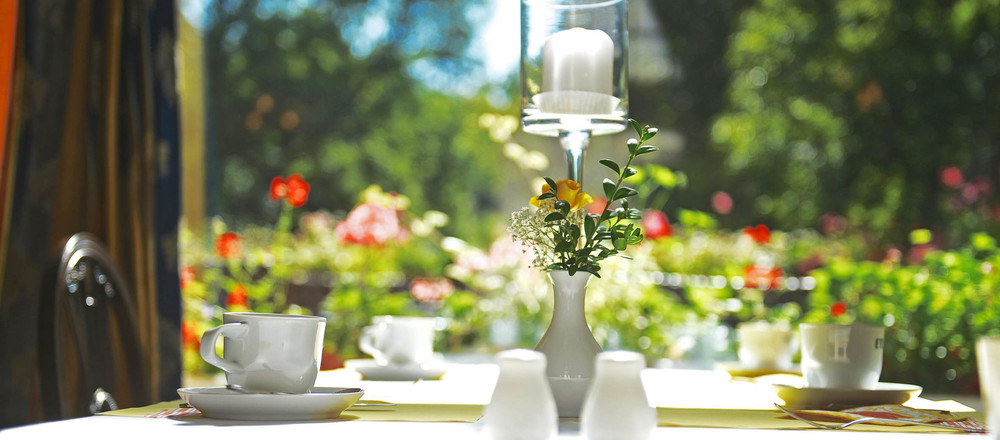 Breakfast with a view of the greenery in the restaurant of the Ringhotel Villa Westerberge, 3-star hotel in Aschersleben