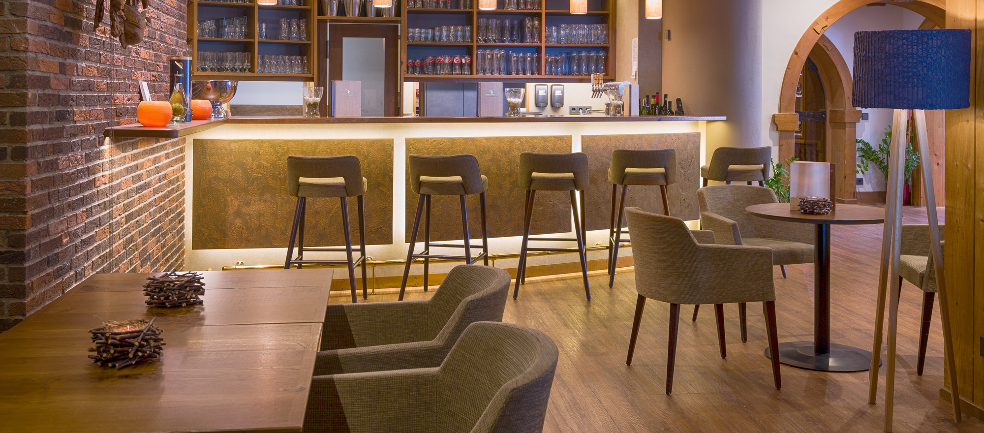 Modern furnished bar and lounge area in the 4-star Ringhotel Moenchs Waldhotel in Unterreichenbach