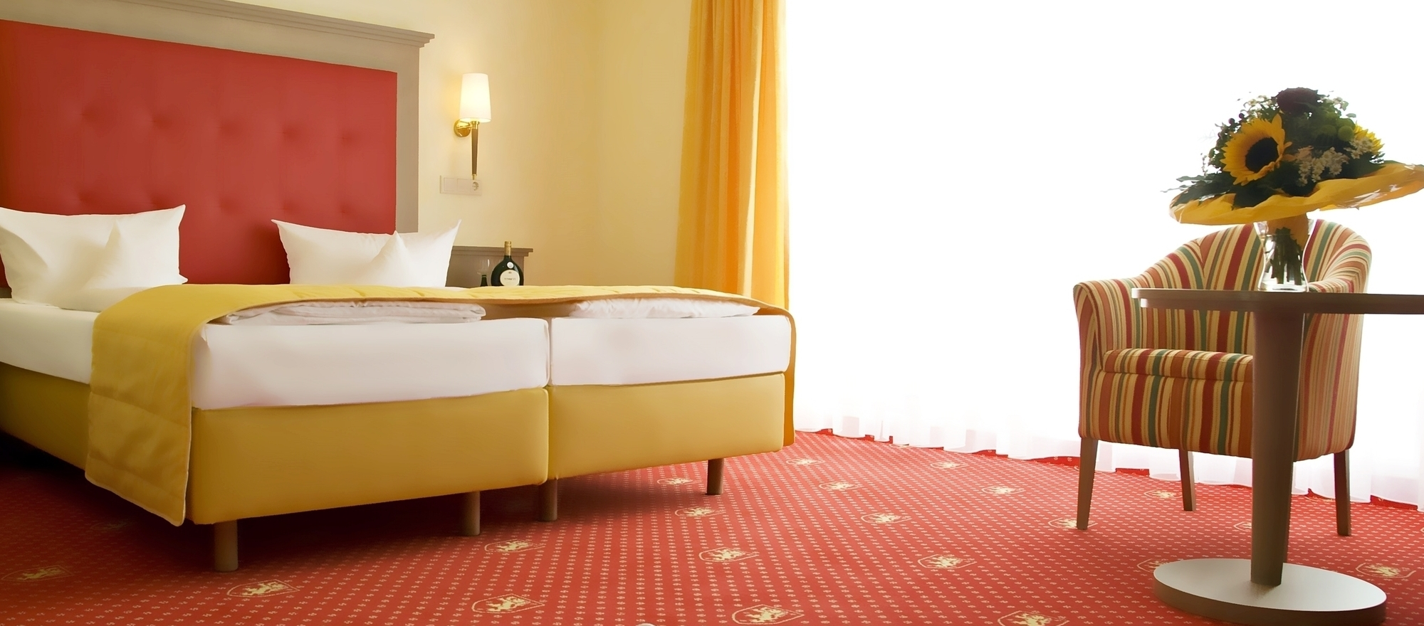 Bright, friendly rooms with seating area at the 3-star-superior hotel Ringhotel Wittelsbacher Hoeh in Wuerzburg