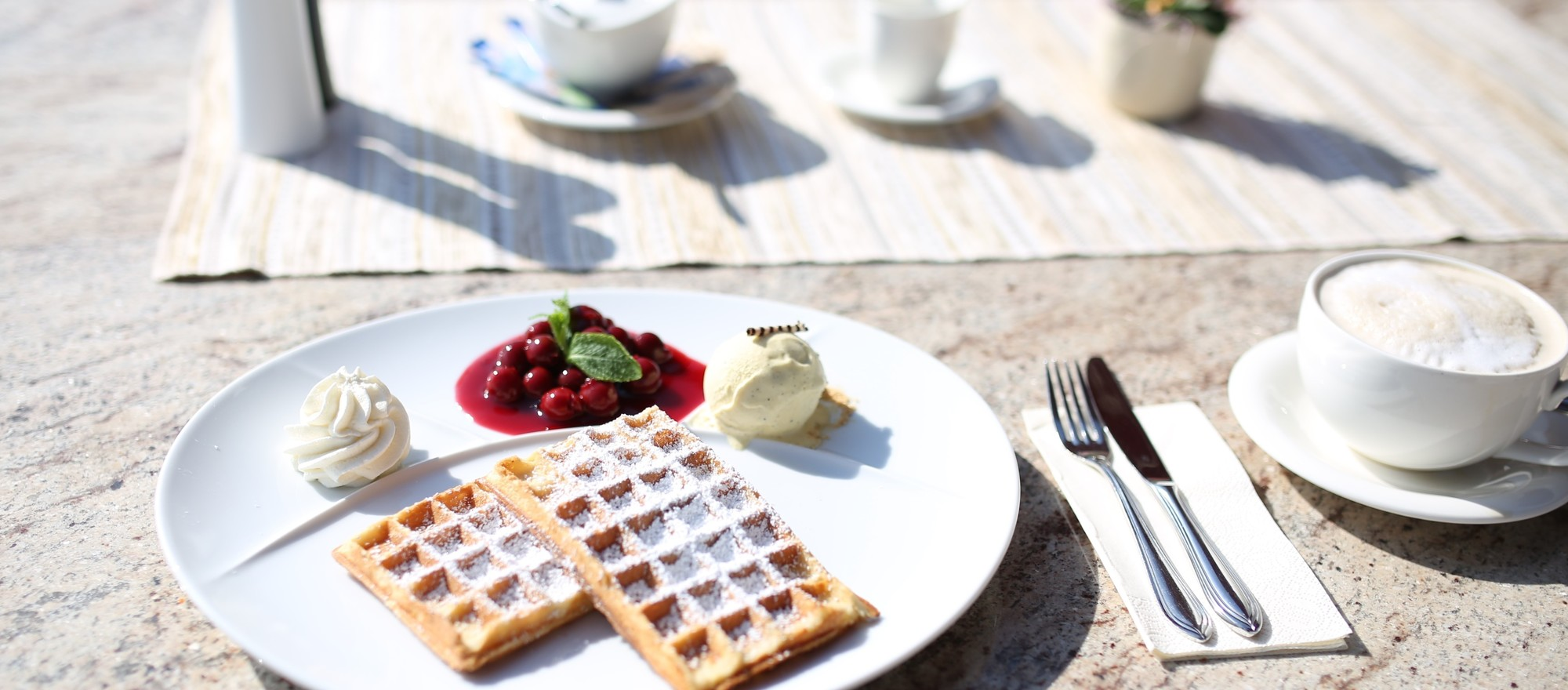Enjoy coffee and waffles at the 4-star hotel Ringhotel Rheinhotel Vier Jahreszeiten in Meerbusch