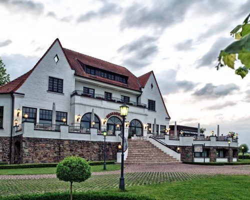 Situated idyllic on the Rhine river the 4-star hotel Ringhotel Rheinhotel Vier Jahreszeiten in Meerbusch