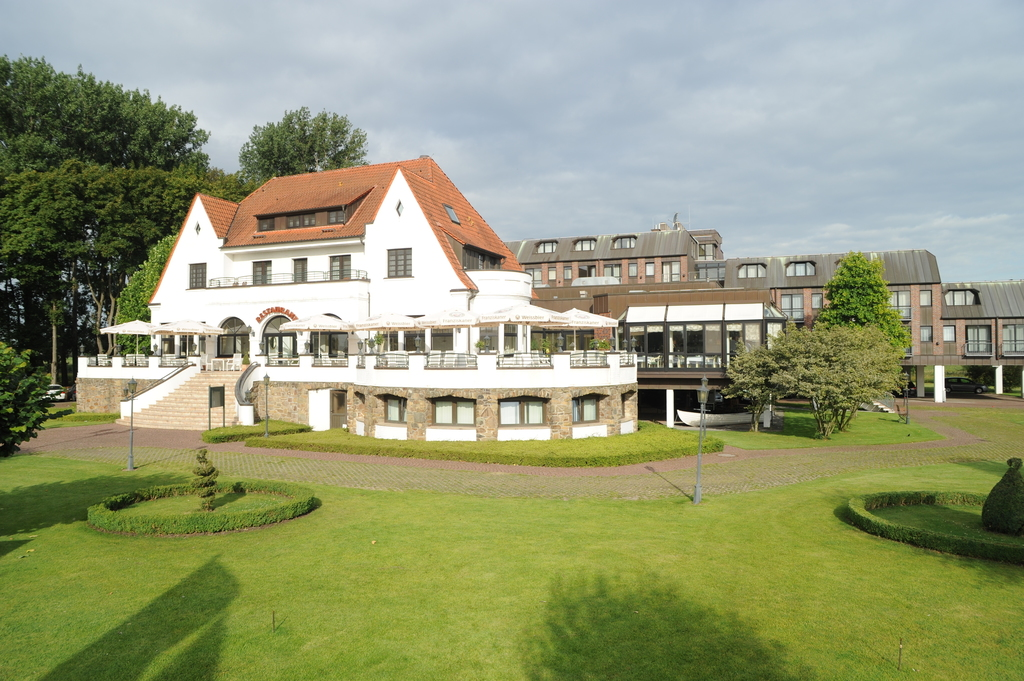 Situated in green surroundings on the bank of the Rhine river lies the 4-star hotel Ringhotel Rheinhotel Vier Jahreszeiten in Meerbusch