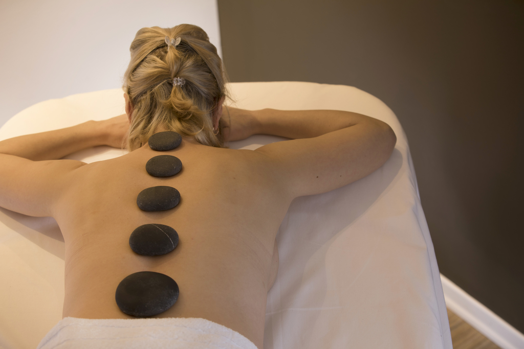 Pure relaxation: a warming hot stone massage in the Ringhotel Sonnenhof in Lautenbach, 4-stars Ringhotel in the Black Forest