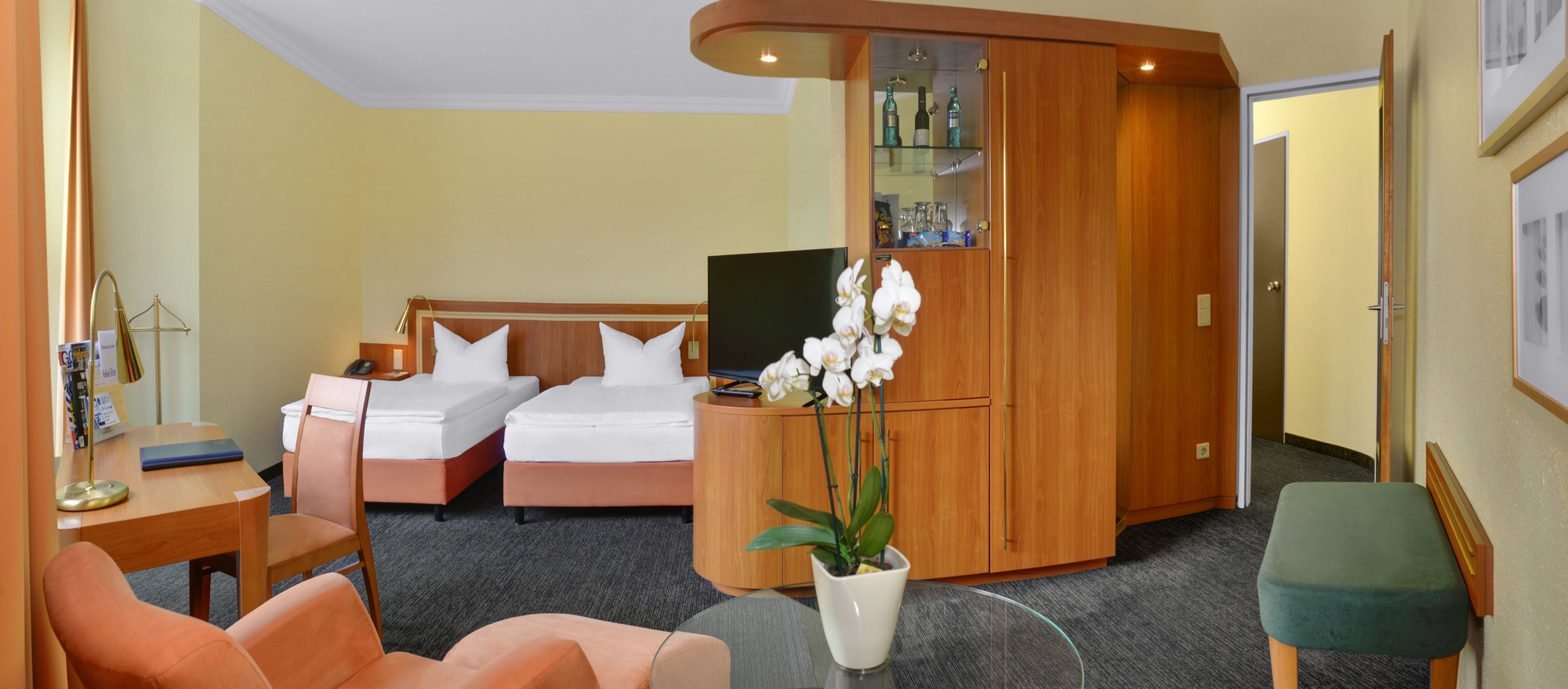 Spacious rooms with table, armchair and TV at the 3-star-superior hotel Ringhotel Parkhotel Witten in Witten