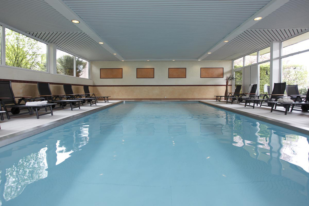 Relaxing in the pool area at the 4-star Ringhotel Posthotel Usseln in Willingen