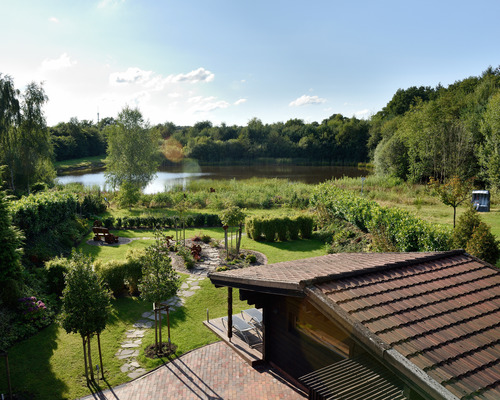 Located at the forest edge, in a park-like setting with a small lake, the 4-star hotel Ringhotel Koehlers Forsthaus in Aurich