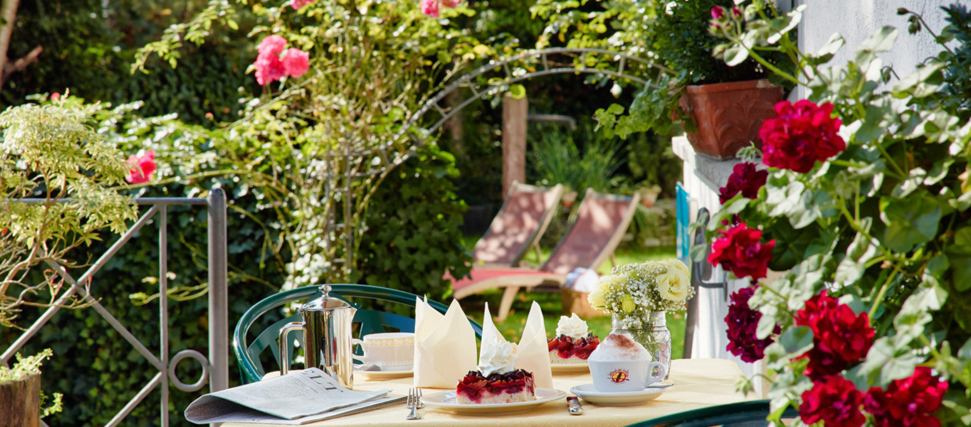 Tea time at the idyllic hotel garden in the 3-star-superior hotel Ringhotel Boemers Moselland in Alf/Mosel