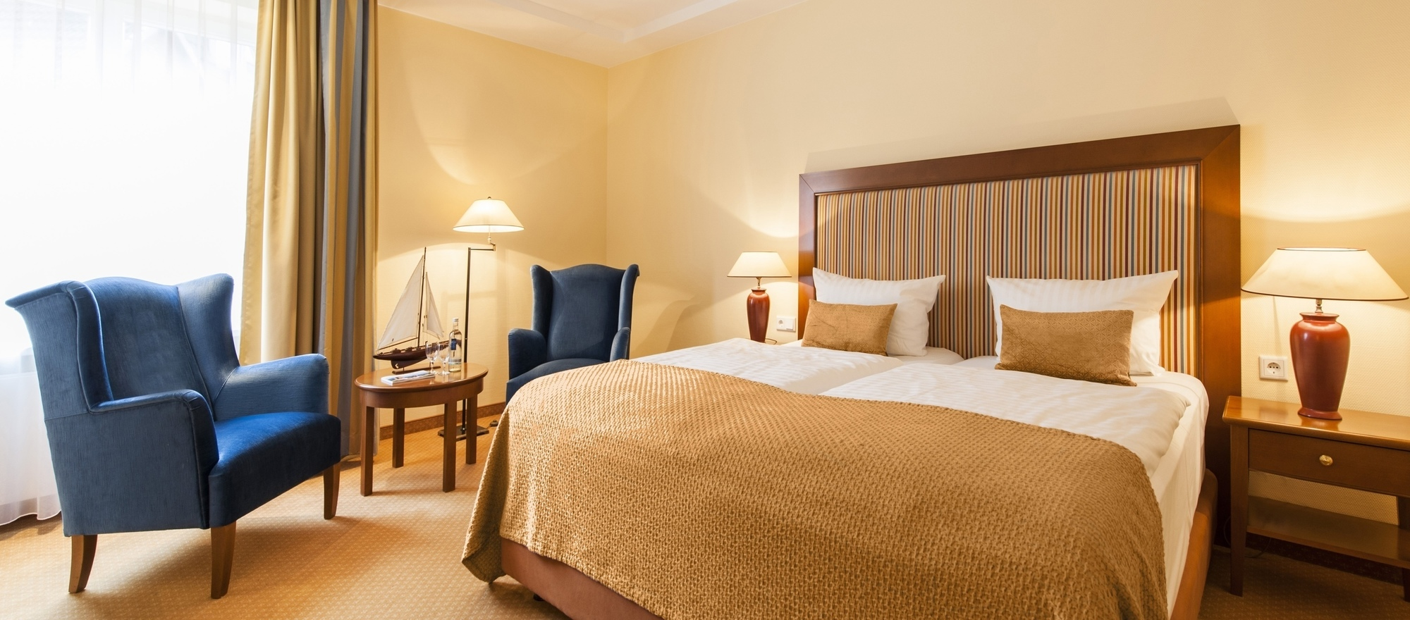 Comfortably furnished room in a classical, light-flooded style with air-conditioning and a cozy sitting area in the 4-star hotel Ringhotel Birke in Kiel