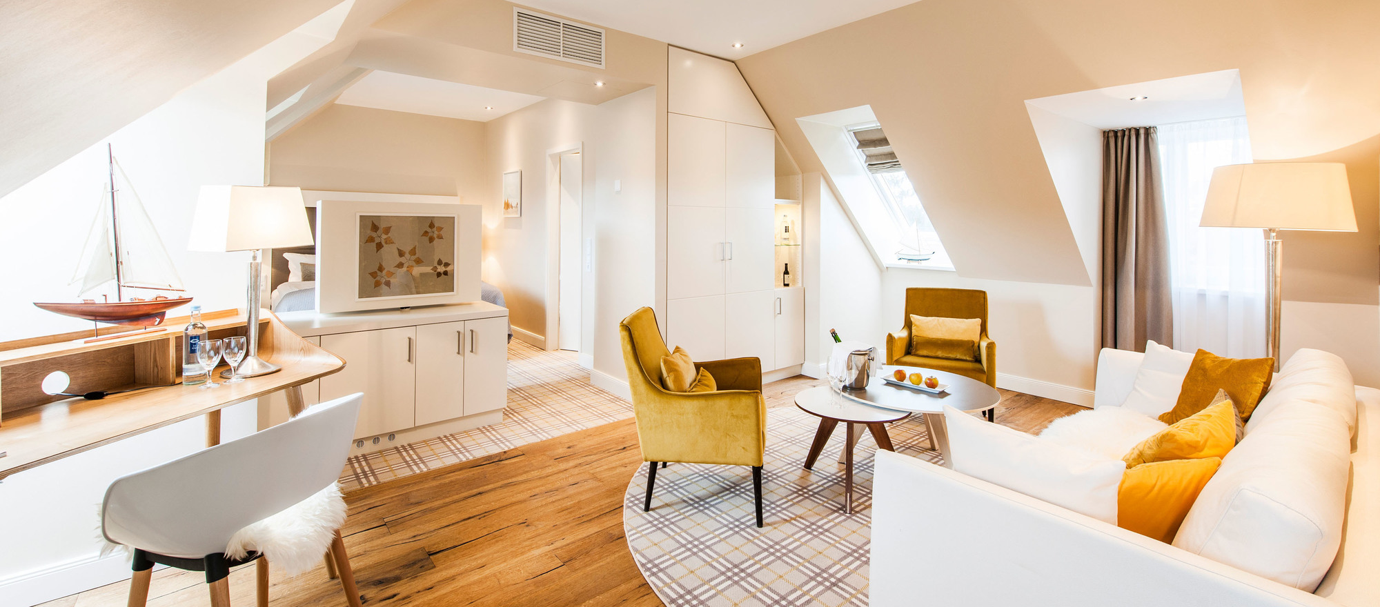Junior Suite with spacious living room area and seating facillities in the 4-star hotel Ringhotel Birke in Kiel