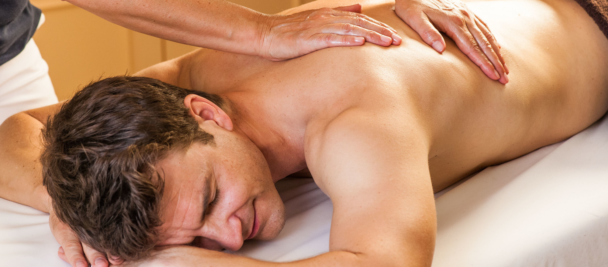 Muscle-relaxing back massage with natural oils in the 4-star hotel Ringhotel Birke in Kiel