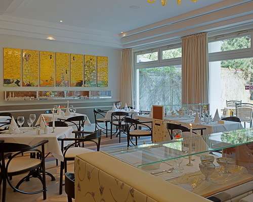 In the restaurant of the the 4-star-superior hotel Ringhotel Strandblick in Kuehlungsborn offers connoisseurs a sophisticated regional and international dining experience