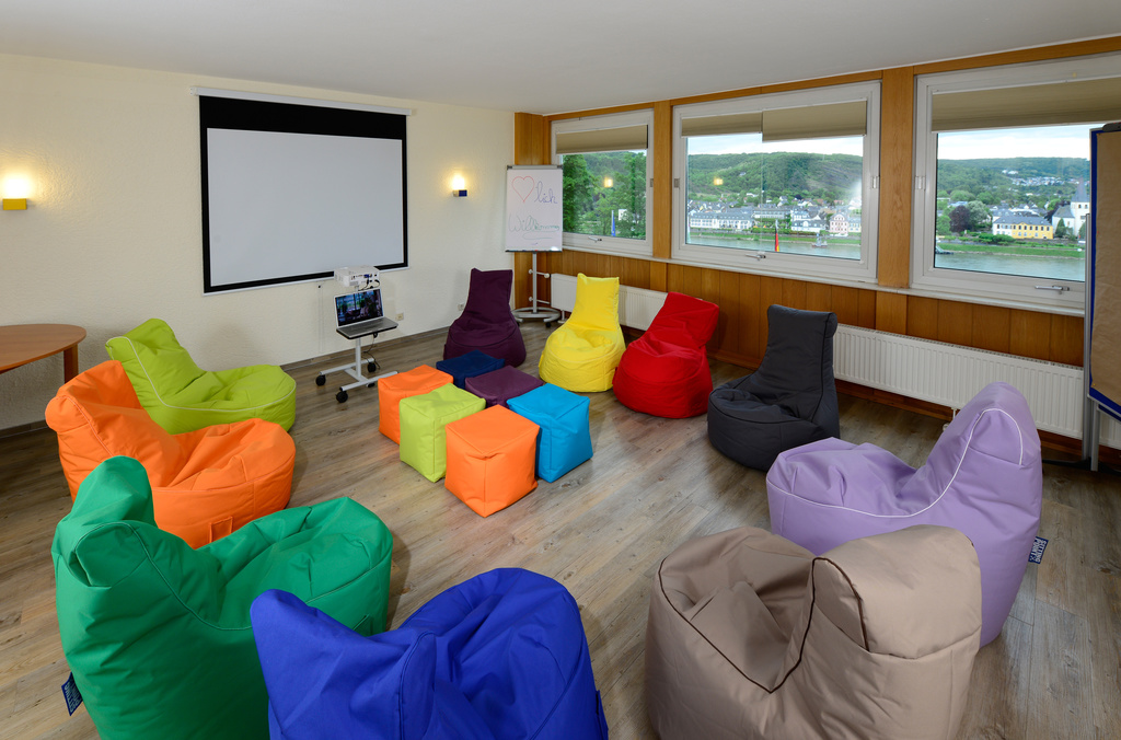 The breakout room is equipped with coloured beanbag chairs at the 3-star-superior hotel Ringhotel Haus Oberwinter in Remagen/Bonn