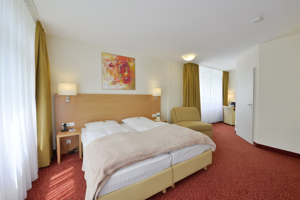 The spacious designed rooms at the 3-star-superior hotel Ringhotel Haus Oberwinter in Remagen/Bonn are located on the forest side