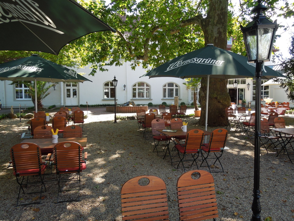 Quaint beer garden with stately old trees in the hotel Ringhotel Mutiger Ritter in Bad Koesen