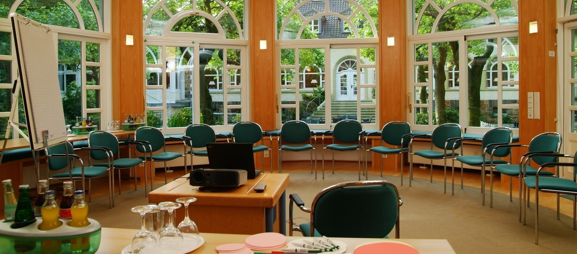 Meetings in green surrounding in the pavilion of the 4-star Ringhotel Waldhotel Heiligenhaus in Heiligenhaus