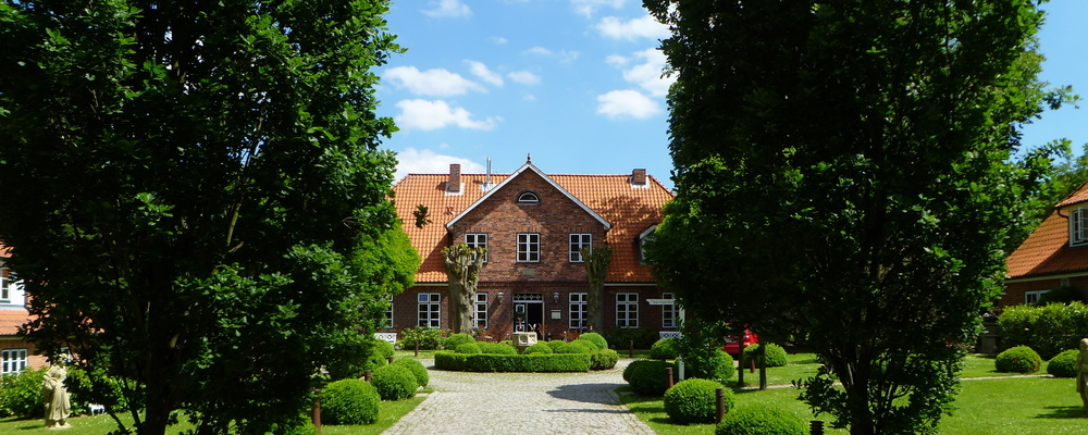 Grand driveway at the hotel Ringhotel Friederikenhof in Luebeck-Oberbuessau