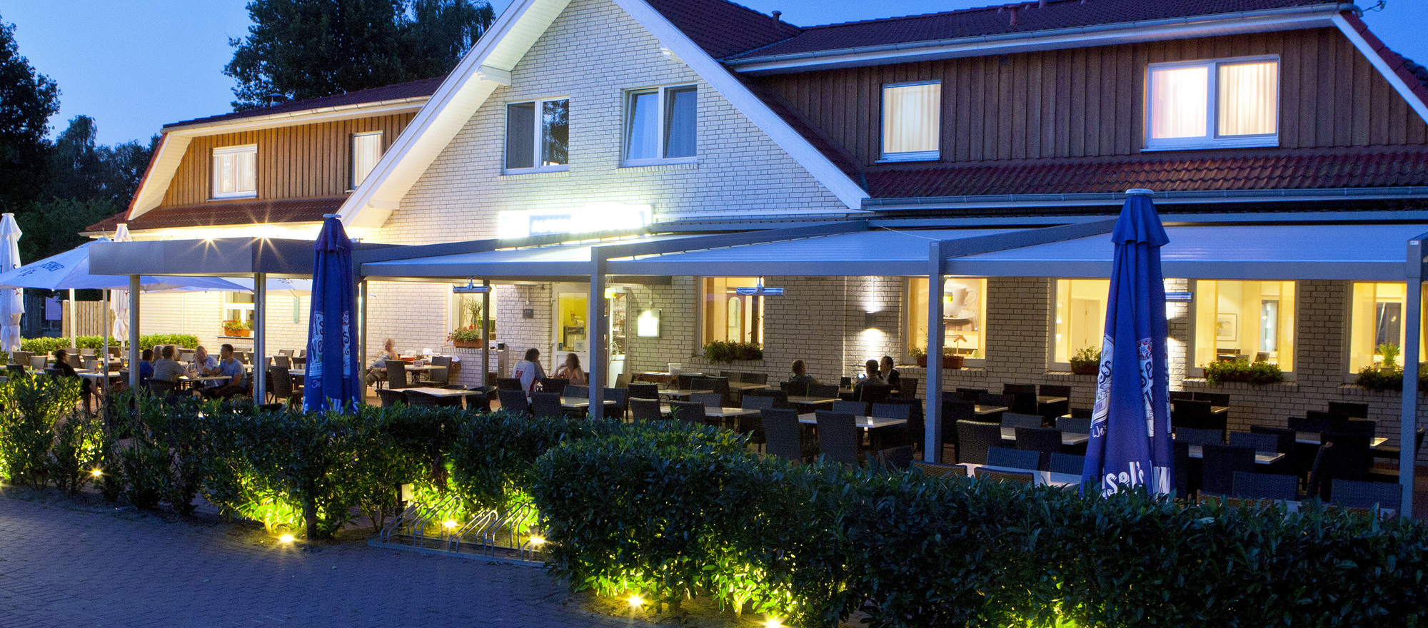 On a mild summer night the terrace of the 3-star-superior hotel Ringhotel Alfsee Piazza in Rieste invites the guests to stay