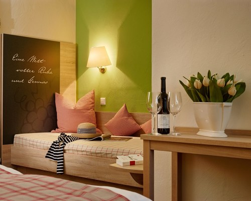 Room detail with pillow and wine bottle at the 3-star-superior hotel Ringhotel Boemers Moselland in Alf/Mosel