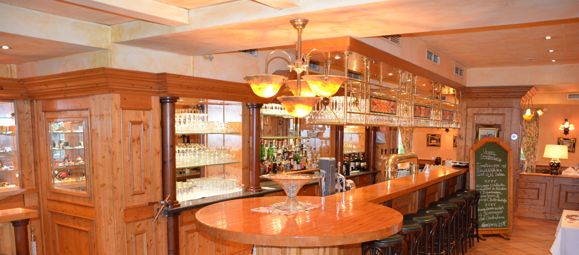 Enjoy the evening at the bar of the Ringhotel Kloevensteen in Hamburg-Schenefeld