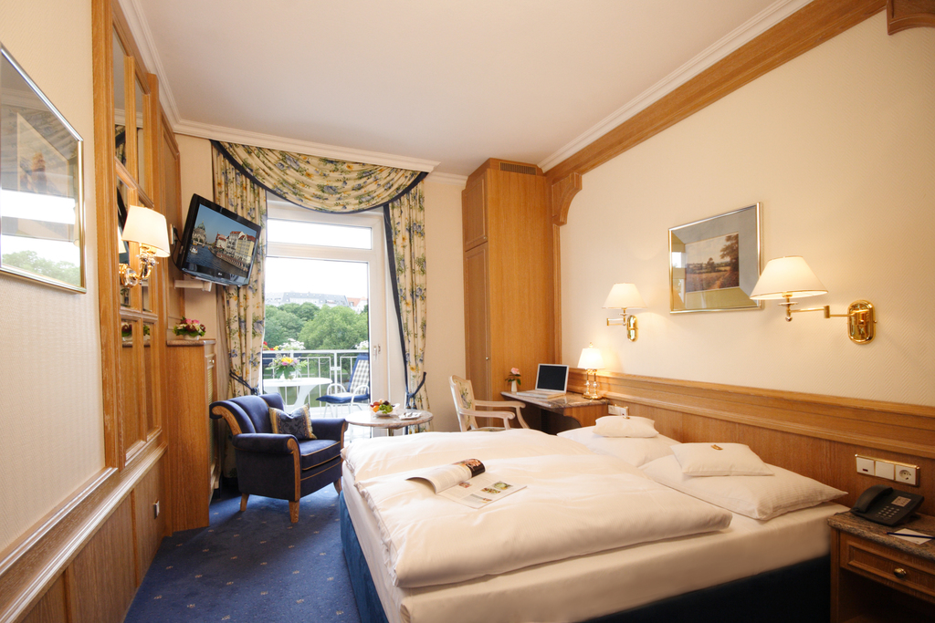 Comfortable deluxe room with balcony and lake view at the 4-star Ringhotel Seehof in Berlin