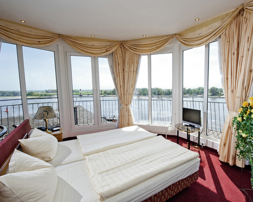 Beautiful and luxurious suite in the tower of the hotel Ringhotel Faehrhaus Farge in Bremen-Farge