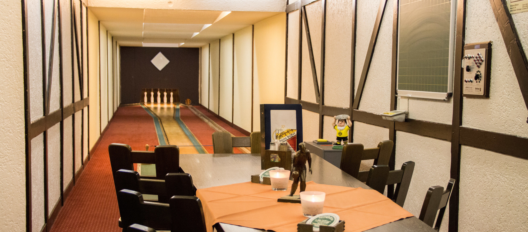Perfect destination for clubs or friends; fun at the Alte Gasse bar with three skittles lanes in Ringhotel Drees in Dortmund