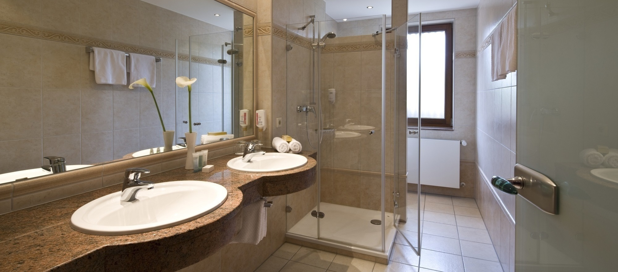 Extra spacious noble bath room at the 3-star hotel Ringhotel Germanenhof in Steinheim-Sandebeck