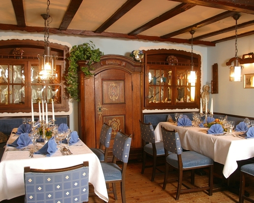 Rustic, cozy restaurant at the 4-star-superior hotel Ringhotel Siegfriedbrunnen in Grasellenbach