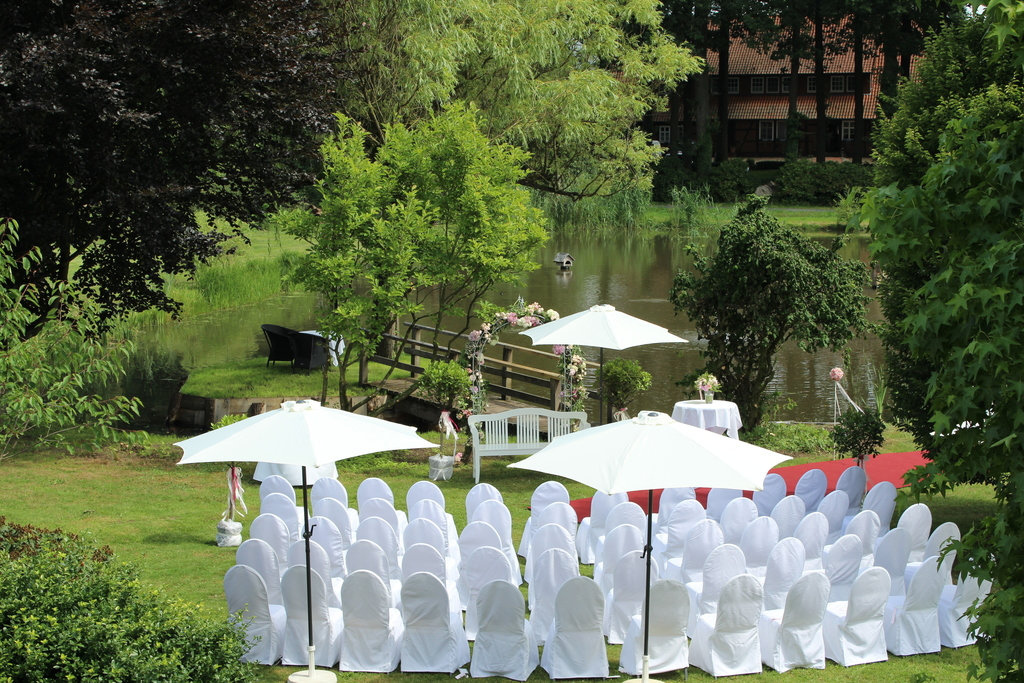 Wedding celebration in the garden with lake at the 4-star hotel Ringhotel Forellenhof in Walsrode