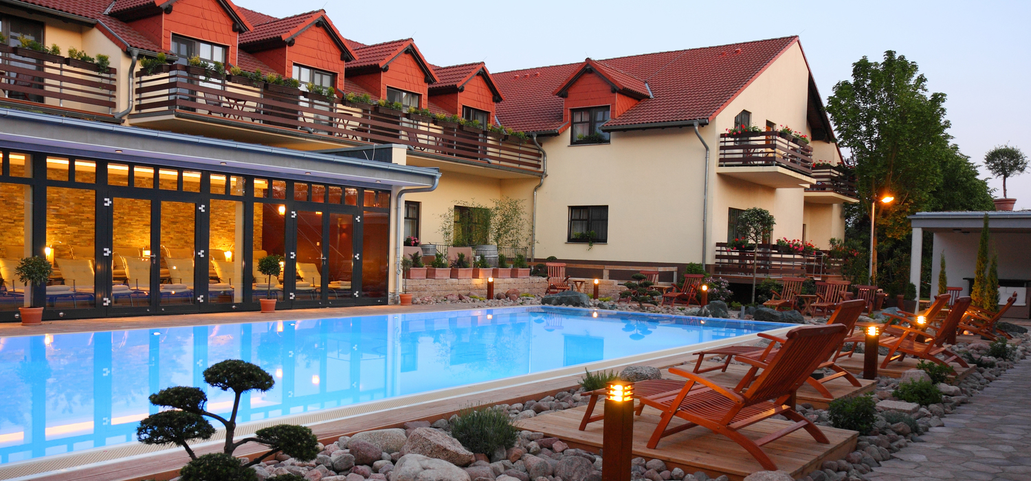Heated outdoor swimming pool at the 4-star hotel Ringhotel Zum Stein in Woerlitz