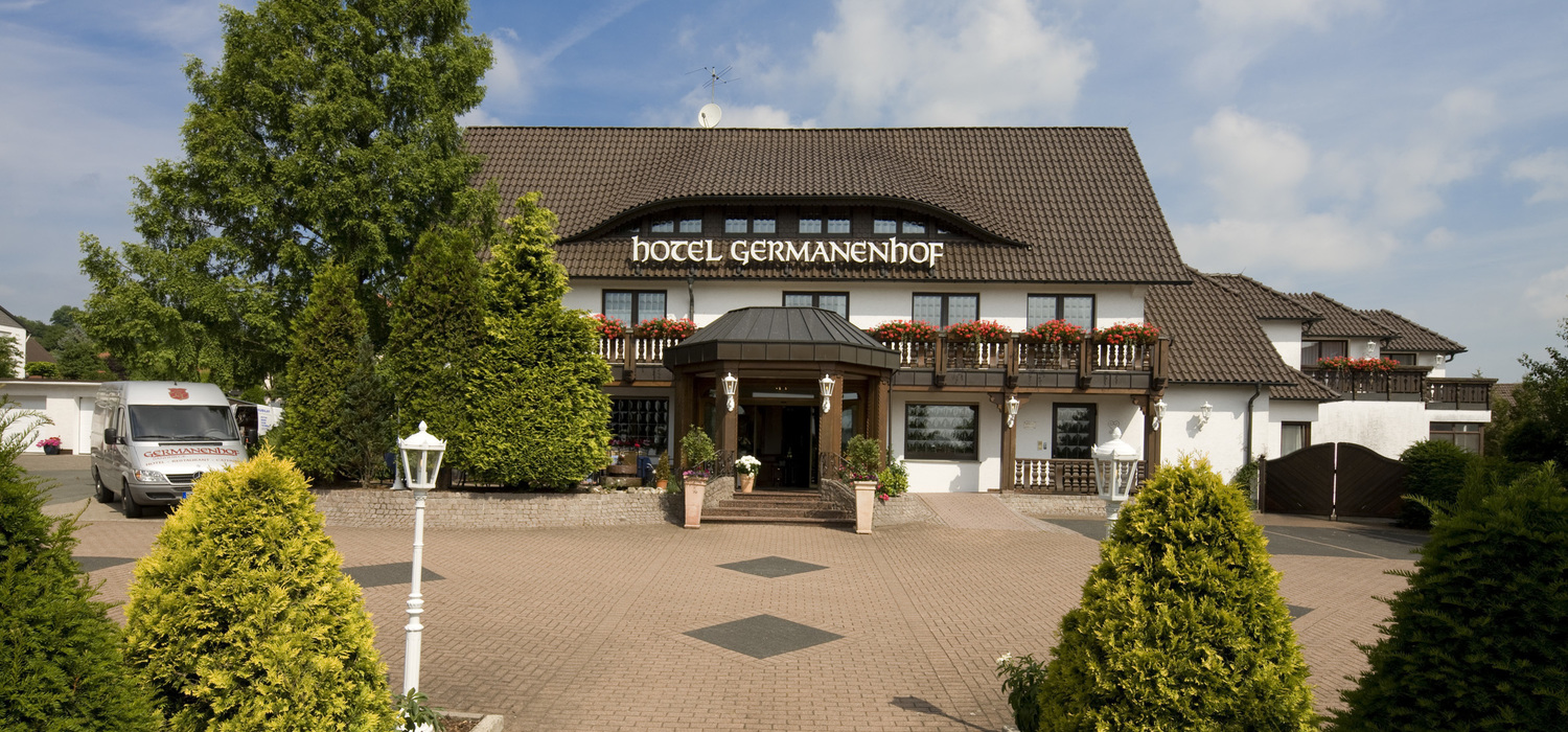 The 3-star hotel Ringhotel Germanenhof in Steinheim-Sandebeck welcomes you with Westphalian hospitality in the Eggegebirge nature reserve