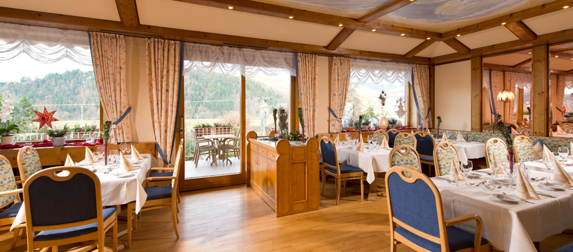 Schwedistube, bright room overlooking the terrace and valley at the 4-star Ringhotel Schwarzwald-Hotel Silberkoenig in Gutach-Bleibach