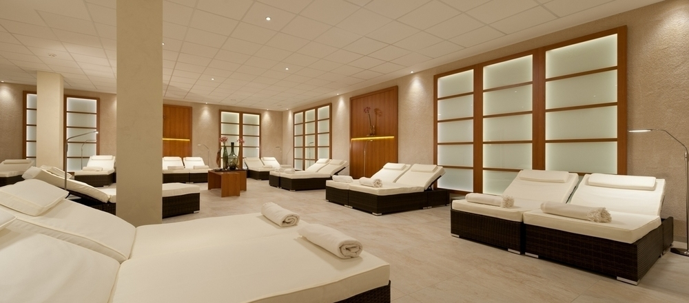 Extra-large relaxation lounger in the relaxation room of the 4-star hotel Ringhotel Am Stadtpark in Luenen