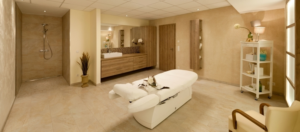 Spacious massage room in bright colours designed at the 4-star hotel Ringhotel Am Stadtpark in Luenen