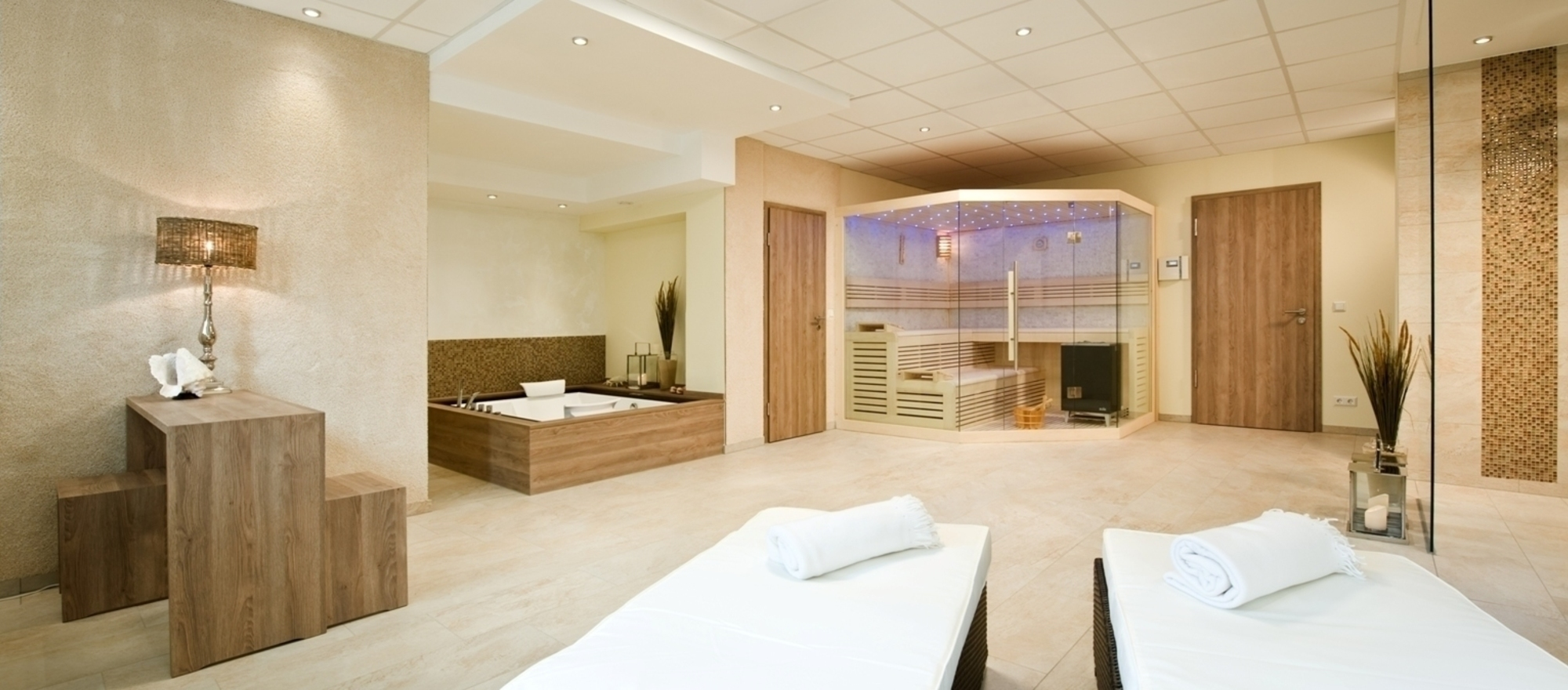 Private spa with own sauna, jacuzzi, relaxation area and spa shower in the 4-star hotel Ringhotel Am Stadtpark in Luenen