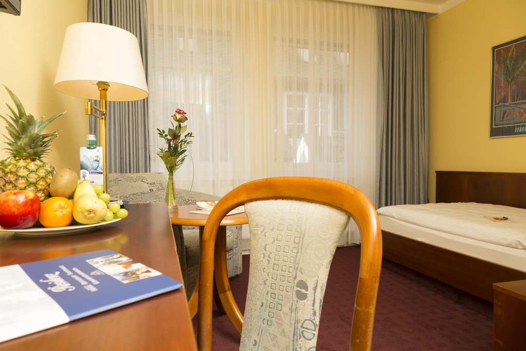 Comfortable single-room with fresh fruits at the 4-star hotel Ringhotel Residenz in Wittmund