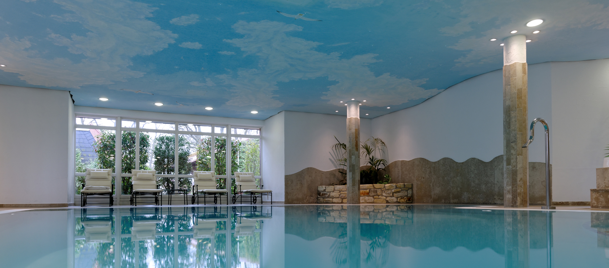Pool and jacuzzi at the 4-star hotel Ringhotel Sellhorn in Hanstedt