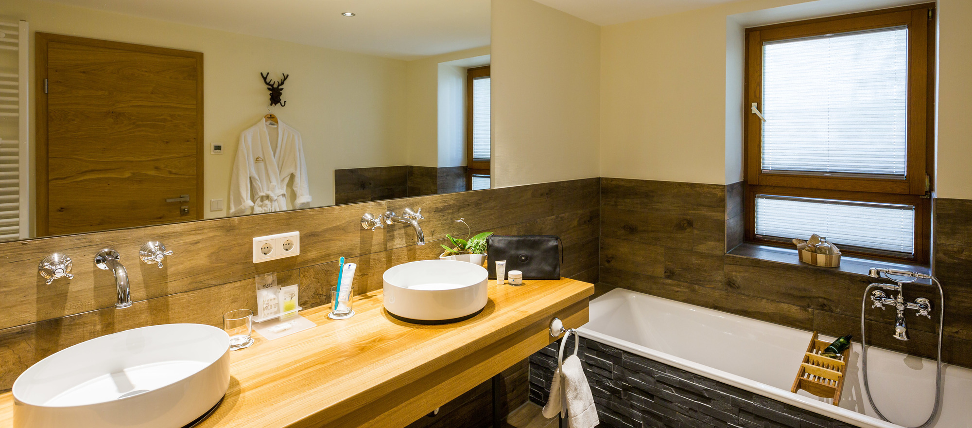 Bathroom of a suite in the 3-star hotel Ringhotel Germanenhof in Steinheim-Sandebeck