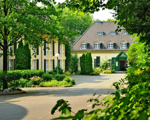 Driveway to the nice, in green surrounding located, 4-star Ringhotel Waldhotel Heiligenhaus in Heiligenhaus