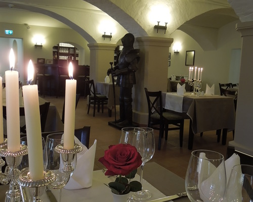 Enjoy fine regional, seasonal cuisine in the historic barrel vault of the hotel Ringhotel Mutiger Ritter in Bad Koesen